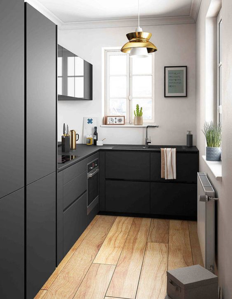 Du noir tendance et minimaliste, qui se mixe très bien avec du bois et des plantes vertes pour un côté plus chaleureux. Crédit : Elle Déco