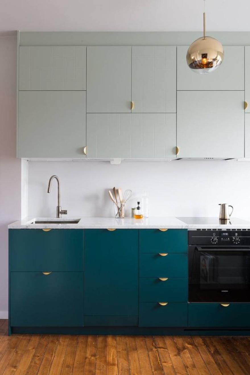 Une cuisine dynamique et tendance avec du bleu canard et des poignées art déco en laiton ! Crédit - Déavita