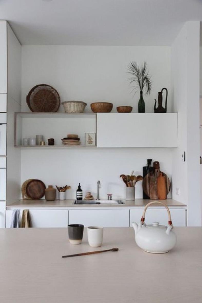 Une cuisine simple personnalisée par des accessoires et une belle vaisselle : Crédit - Hello-Hello