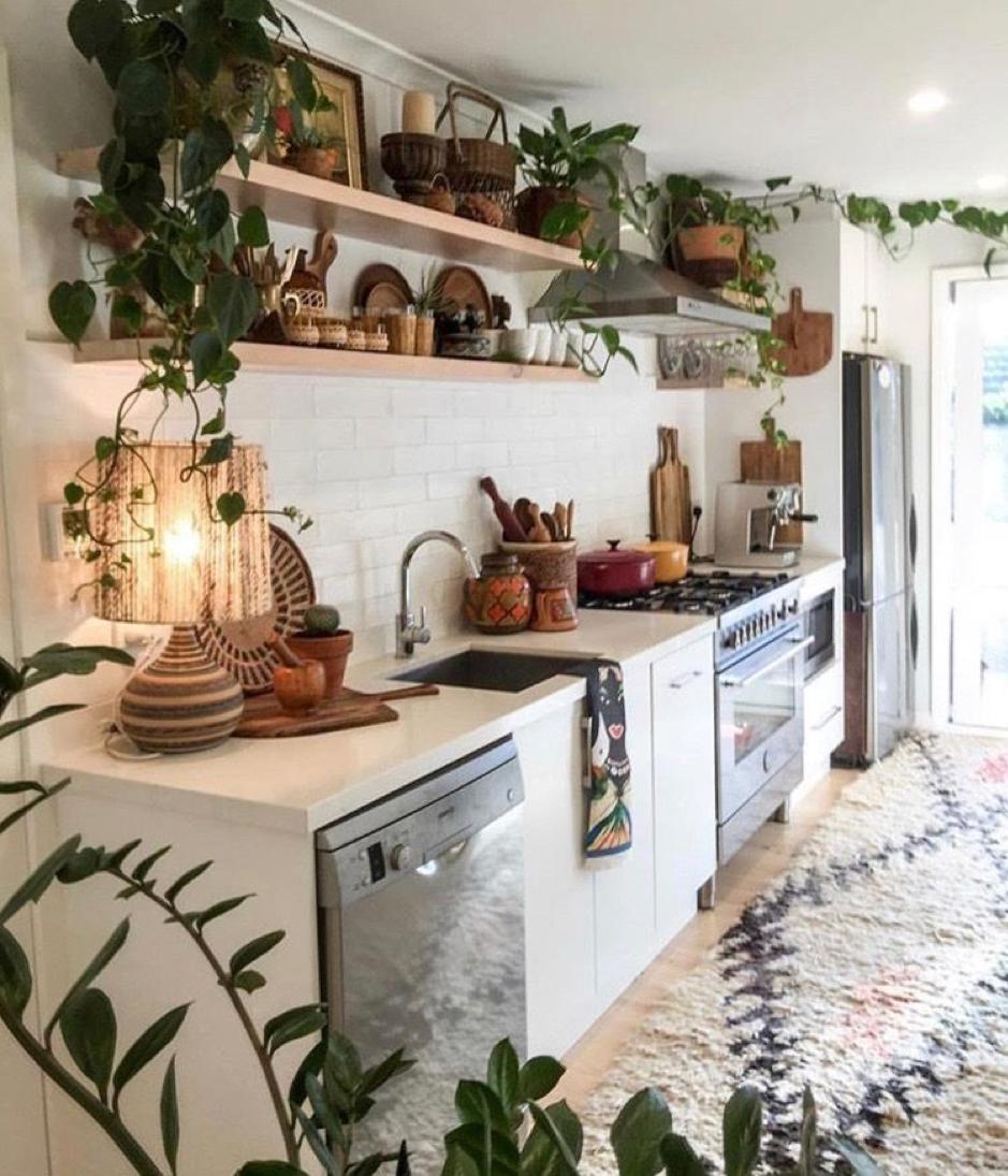 des plantes vertes et des tons naturels pour une cuisine bohème / Crédit : Pinterest
